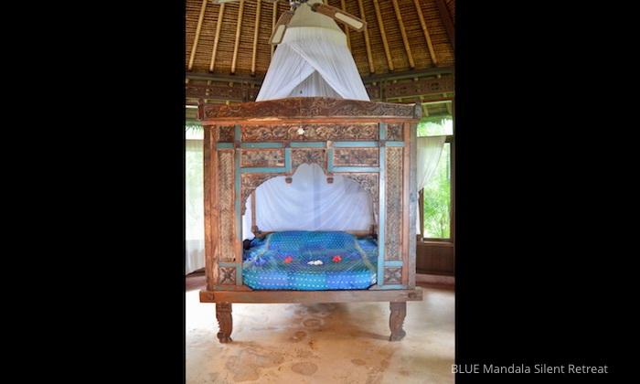 Antikes Bett, Schlafzimmer Strandhaus Blue Mandala