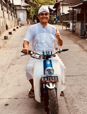 Mandala News - Mangku, unser Priester unterwegs