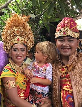 Mandala News - Putu Und Mann mit kleiner Besucherin
